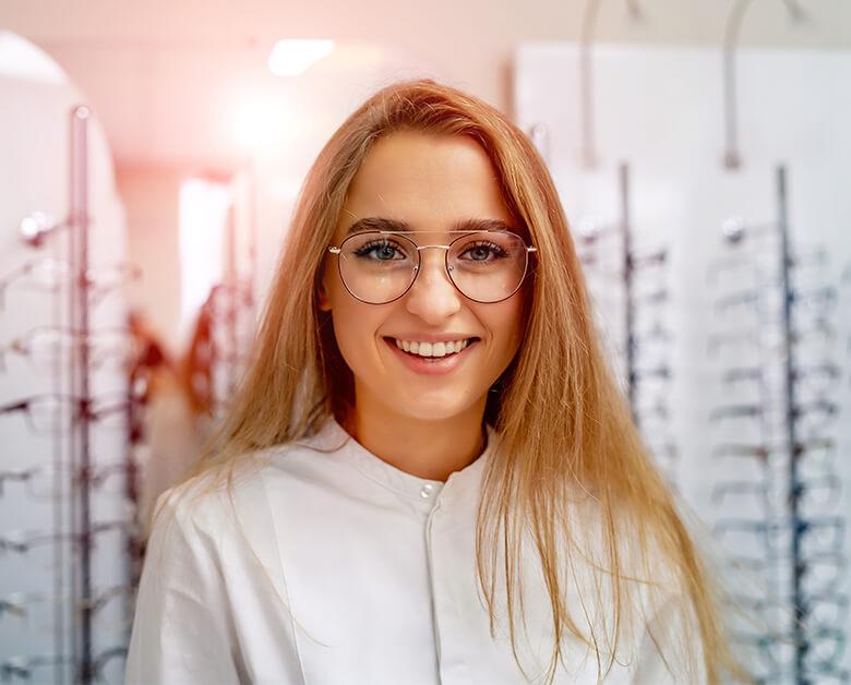 jeune femme lunettes sourire